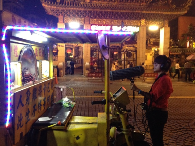 "el autor, field recording the ""Exhortation Tricycle"" que se encuentra en frente del Templo Lungshan en Taipei"